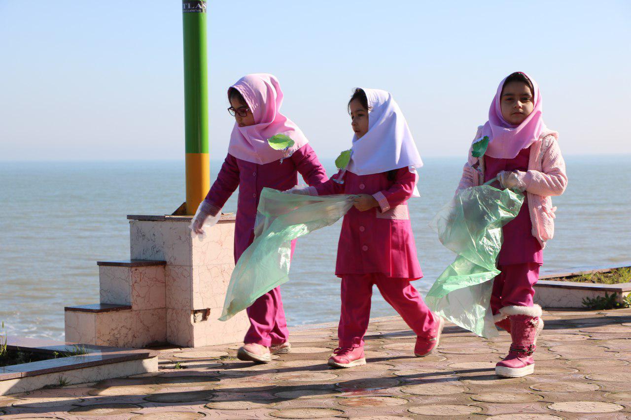 پاکسازی-ساحل--از-زباله-دانش-آموز-