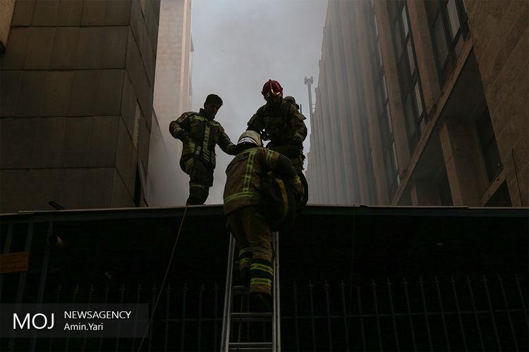 حضور+شهردار+در+محل+آتش+سوزی+ساختمان+برق+حرارتی