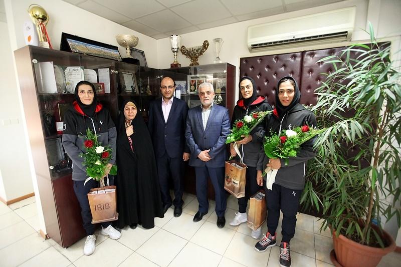 دلجویی مدیر رادیو ورزش از خواهران منصوریان