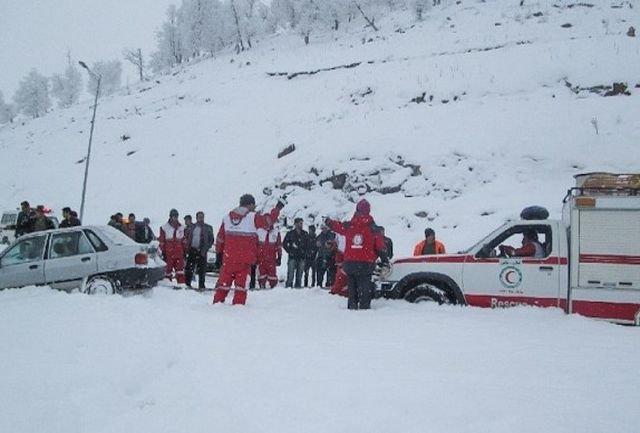امداد در جاده برفی