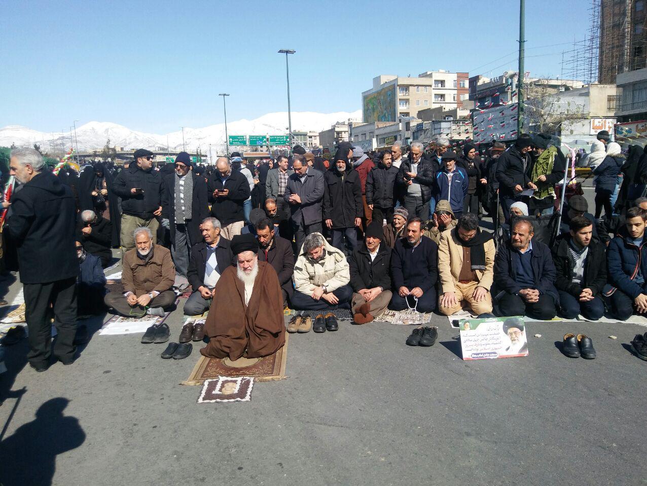نماز ظهر در راهپیمایی ۲۲ بهمن1