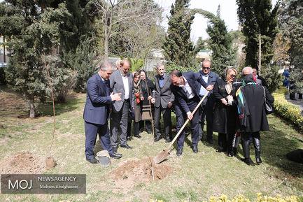 کاشت درخت توسط هنرمندان پیشکسوت