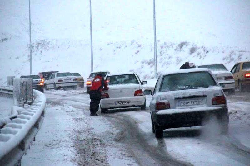 راه های تکاب در پی بارش برف مسدود شد