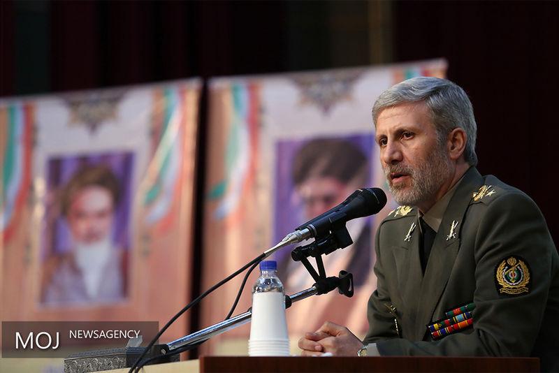 وزیر دفاع با لباس سپاه در مجلس حضور یافت
