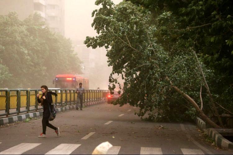 پیش بینی خیزش گرد و خاک در تهران/ دمای تهران کاهش مییابد