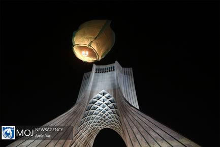 پرواز ۱۷۹ فانوس به یاد شهدای بهمن ۵۷ در آسمان برج آزادی