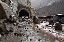 امدادرسانی به سرنشینان 24 خودروی محبوس شده در حادثه ریزش کوه محور هزار