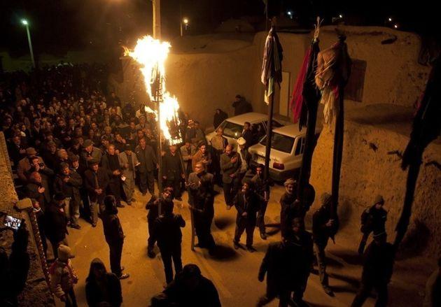 مشعل گردانی آیین عزاداری مردم خراسان در شب تاسوعا