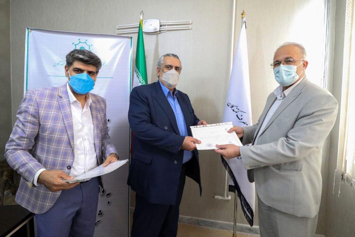 اهداء نشان و گواهی نامه نشان اعتماد به 6 واحد صنفی اتحادیه صنایع دستی اصفهان
