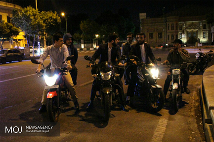 تبلیغات جوانان حامی سید ابراهیم رئیسی در شب نیمه شعبان