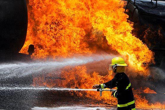 آتش سوزی انبار چوب در بزرگراه آزادگان