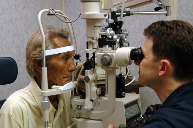 ۱۵ عمل جراحی چشم بیماران دهلرانی توسط وزیر بهداشت انجام می شود