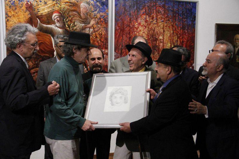 نقاشی جمشید مشایخی از همسرش به خانوده اش اهدا شد