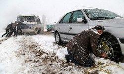 بارش برف در جاده چالوس/ رانندگان خودروهای خود را به زنجیر چرخ مجهز کنند