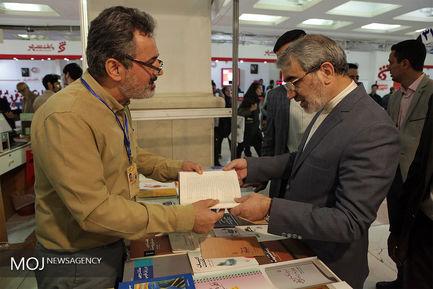 بازدید عباسعلی کدخدایی سخنگوی شورای نگهبان از نمایشگاه کتاب