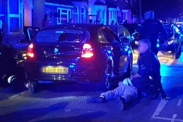تیراندازی در فارست گیت لندن میان پلیس و گروه نقابدار ادامه دارد