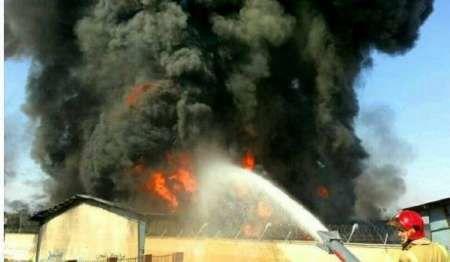 آتش سوزی گسترده در یک انبار 5 هزار متری کالا در جاده مخصوص کرج