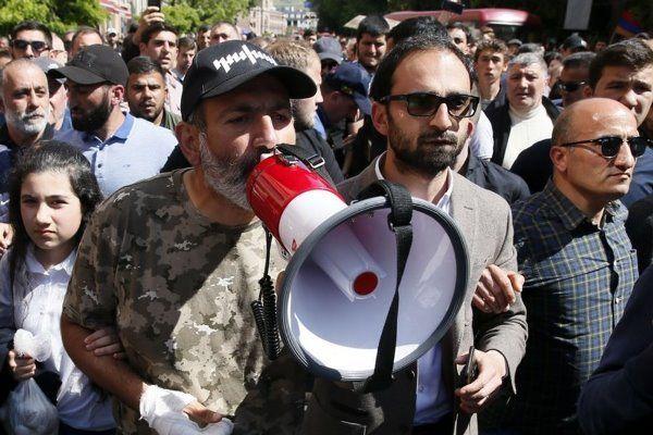 مخالفان حزب حاکم این انقلاب مخملین را به پایان برسانند
