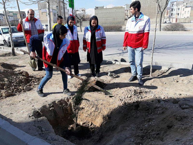 آموزش آبیاری گیاهان به غنچه های جمعیت هلال احمر استان همدان