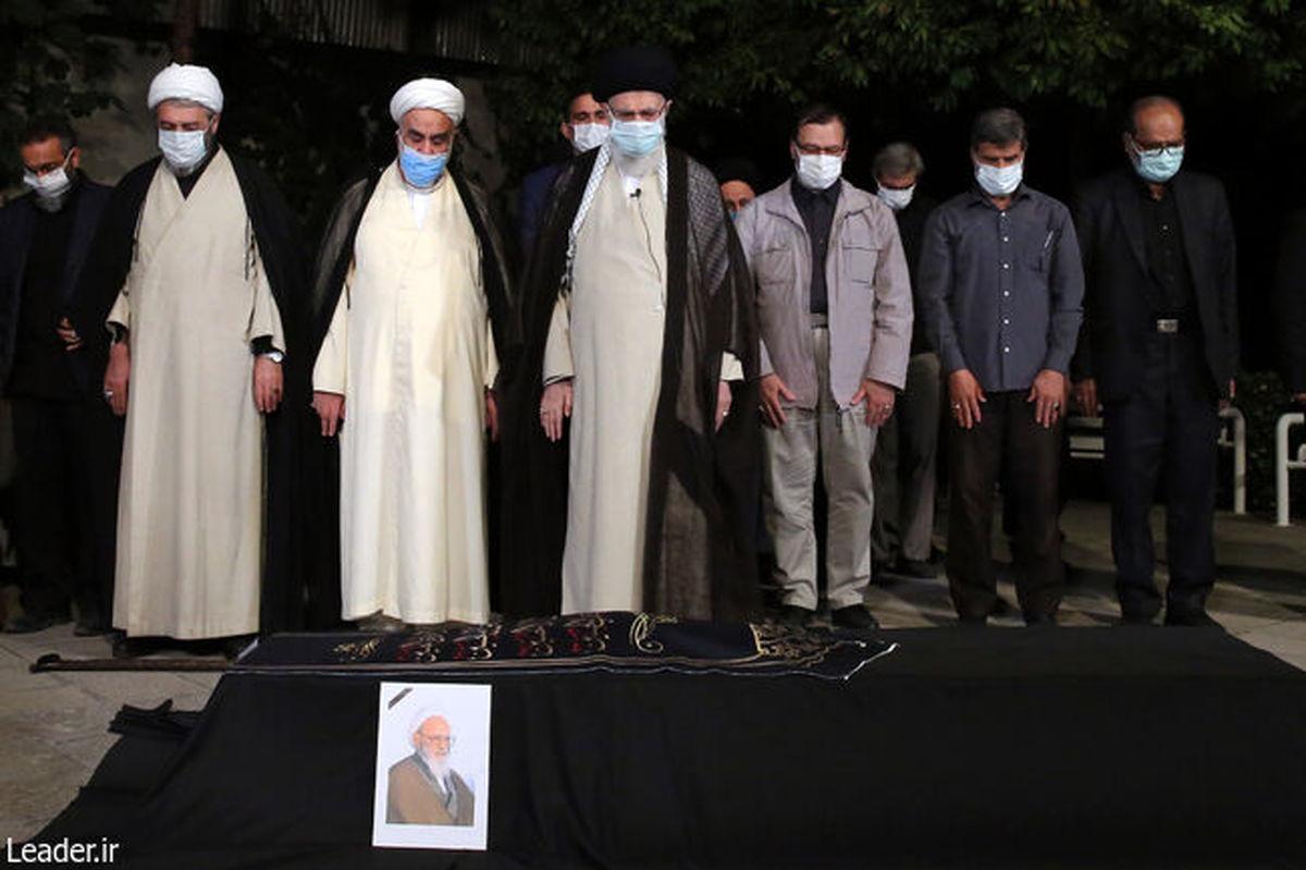 رهبر انقلاب بر پیکر مرحوم آیتالله حسنزاده آملی نماز اقامه کردند