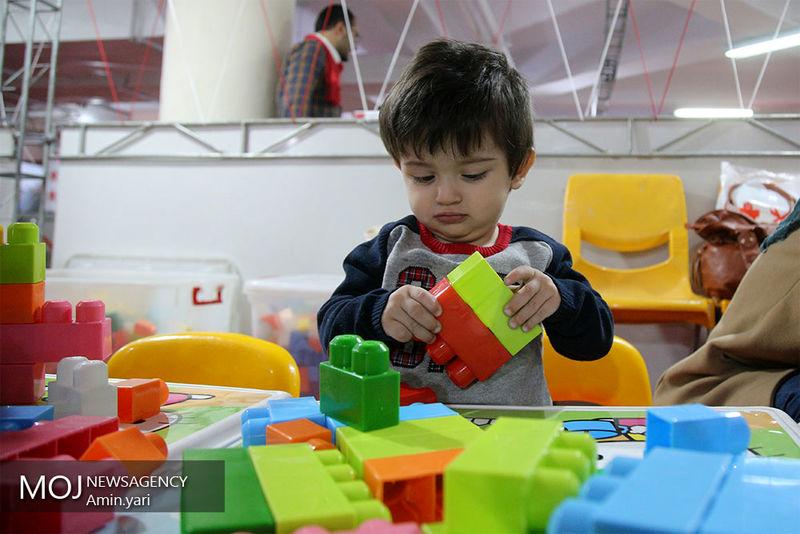 ارسال کتاب داستان و اسباب بازی از طرف کودکان مهریزی به مناطق سیل زده
