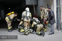 حادثه آتش سوزی در یک باب منزل قدیمی در خیابان ری/یک آتش نشان مصدوم شد/آتش در محل مهار شده است