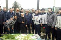 مربیان و بازیکنان ملوان بر سر مزار مهرداد اولادی+عکس