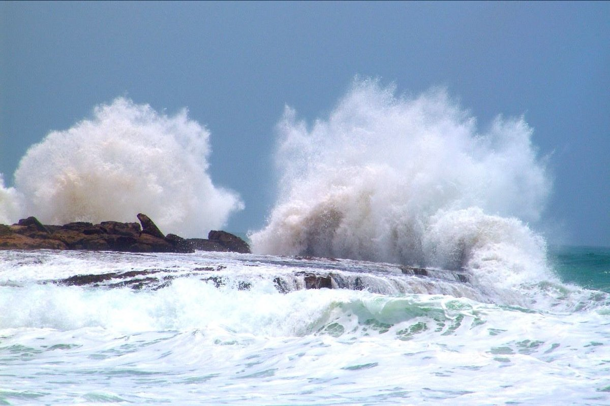 وزش باد نعشی در مناطق شرقی و مرکزی هرمزگان/تنکه هرمز مواج می شود