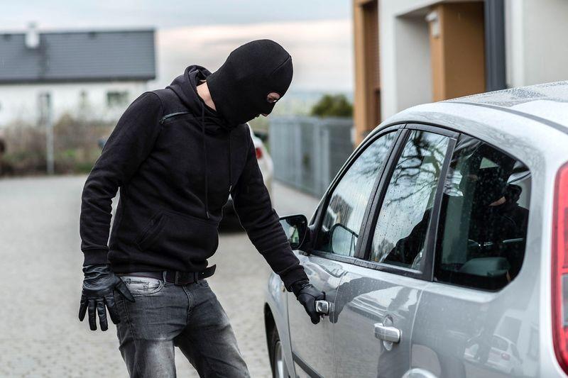 سرقت خودرو در پوشش پزشک فیزیوتراپ