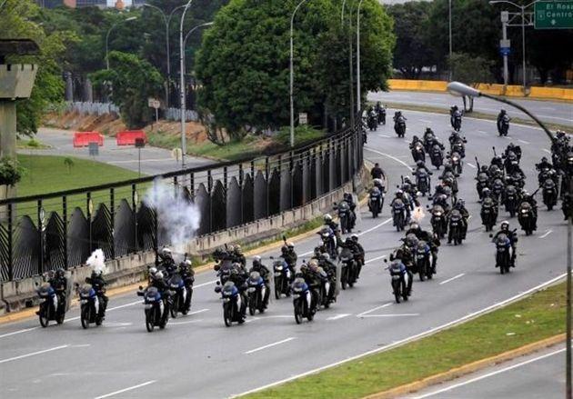 ونزوئلا ۱۴ افسر نظامی را در آغاز اعتراضات بازداشت کرده است