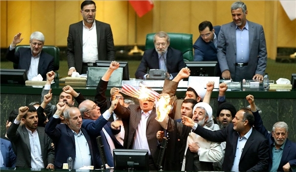 نمایندگان اصفهانی برجام و پرچم آمریکا را در مجلس به آتش کشیدند