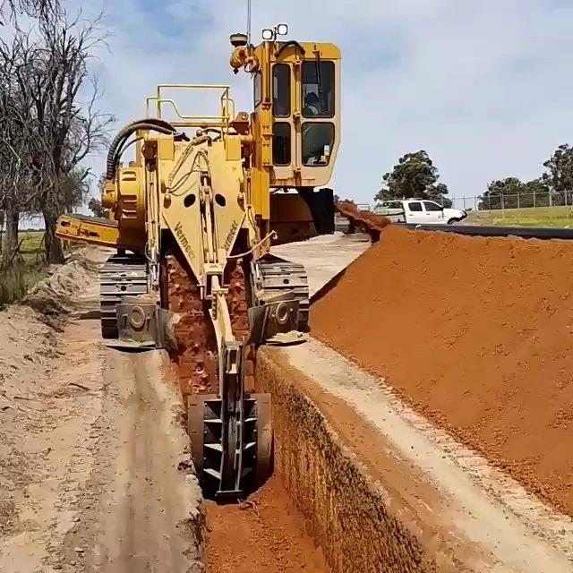 حفر کانال برای جلوگیری از ورود شترهای سرگردان به حریم جاده