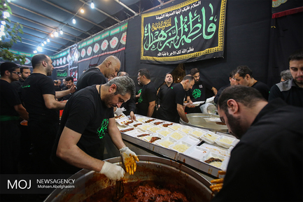 توزیع غذای نذری در هیئت مسلم ابن عقیل