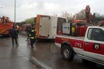 واژگونی اتوبوس بینشهری در بزرگراه خرازی اصفهان/دو پای راننده کمکی قطع شد + تصاویر