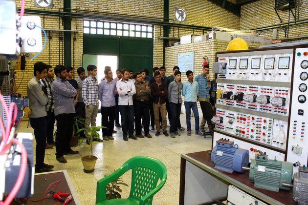 بازدید دانش آموزان از مراکز آموزش فنی وحرفهای کرمانشاه