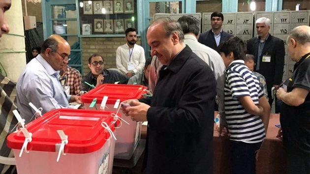 وزیر ورزش و جوانان رای خود را به صندوق انداخت