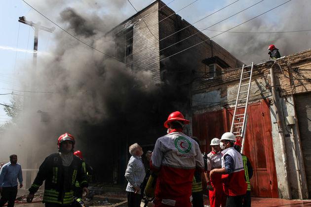 آتش در پاساژ رضوان در حال مهار شدن/ نیمی از پاساژ در آتش سوخت