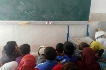 فوتبال دیدن دانش آموزان یک مدرسه روستایی دور افتاده