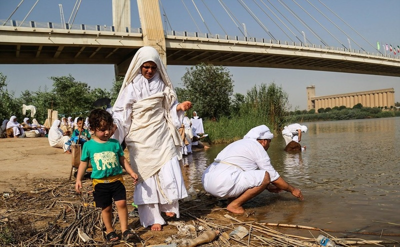 مراسم عید پاک توسط صابئین مندایی در رودخانه کارون اجرا شد