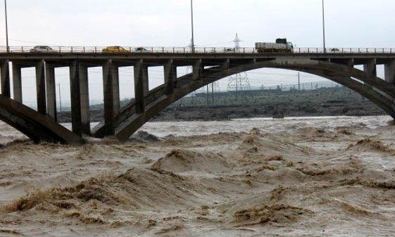طغیان رودخانه آبنما در رودان /مفقود شدن پسربچه ی 12 ساله+فیلم