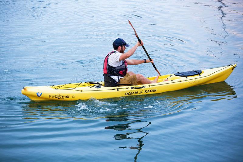 اهدای قایق ویژه مسابقات کایاک به ورزشکار هرمزگان