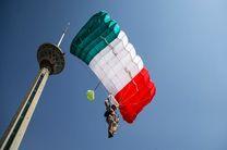 پرش چتربازان نیروی انتظامی از فراز برج میلاد