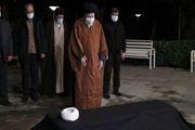 رهبر انقلاب بر پیکر آیت الله مصباح یزدی نماز اقامه کردند