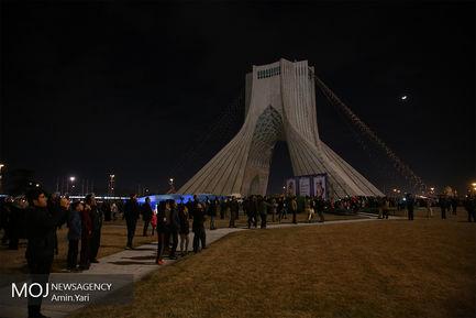 نورافشانی میدان آزادی در شب ۲۲ بهمن