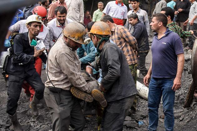 دود غلیظی از دهنه تونل معدن یورت آزادشهر در حال خروج است
