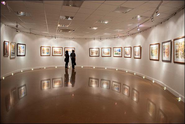 """نمایشگاه """" سادگی عمیق"""" در بندرعباس افتتاح شد"""