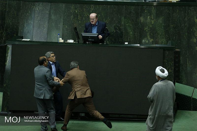 دو نماینده در صحن مجلس با الفاظ رکیک درگیر شدند+تصاویر