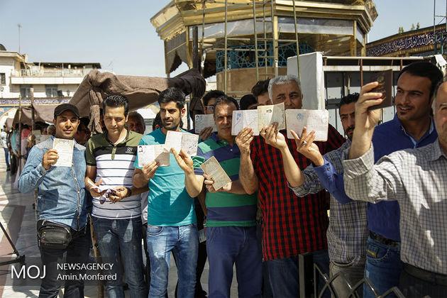 مردم ایران با حضور در صف های طولانی، رای می دهند