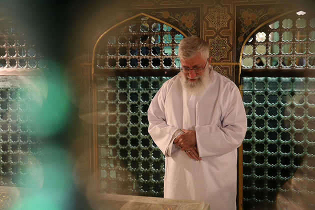 مراسم غبارروبی مضجع حضرت امام رضا (ع) با حضور رهبر انقلاب برگزار شد