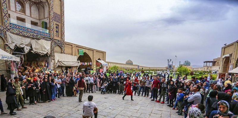 نوجوانان اصفهانی در 4 گوشه میدان نقش جهان نقالی می کنند